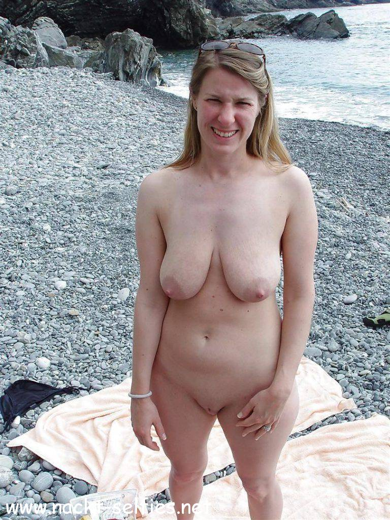 nude milf at the beach › Nackt-Selfies